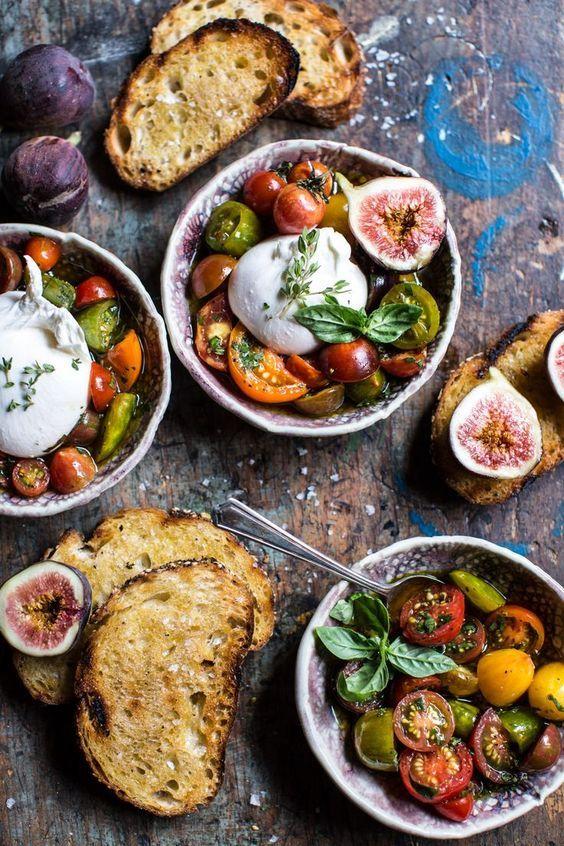 Tomates, basilic, figues, buffala, pain grillé et huile d'olive