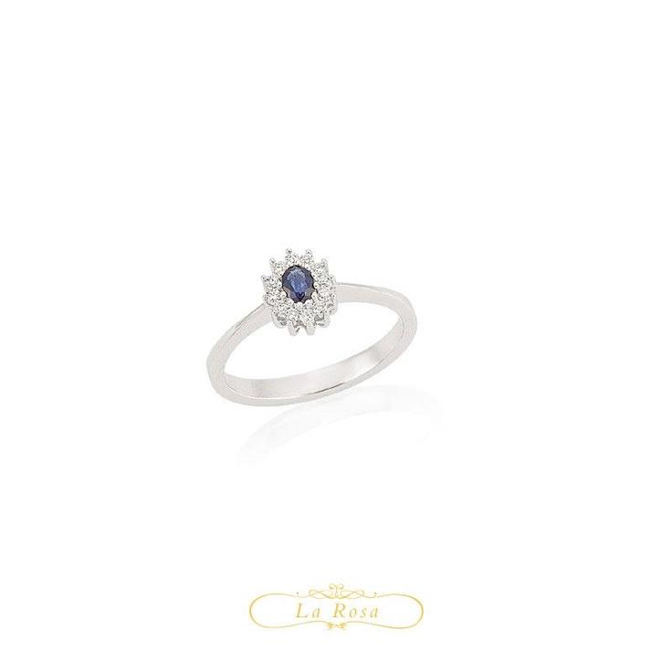 Inelul cu diamante LRY263 cucereste prin frumusetea safirului inconjurat de pietre. Pretul inelului LRY263 din aur alb 18K, cu diamante si safir este 2246 lei.  http://www.bijuteriilarosa.ro/bijuterii-cu-diamant/inele/inel-cu-diamant-lry263