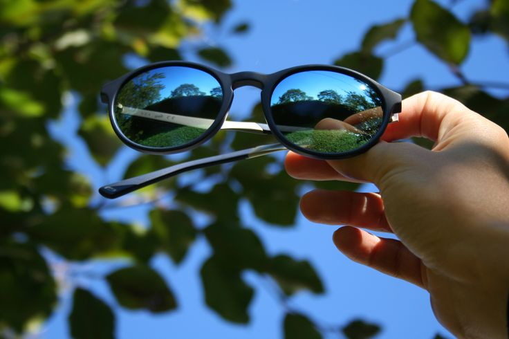 Put your hands up in the air!  Blue sky, blue sunglasses style WE0150.
