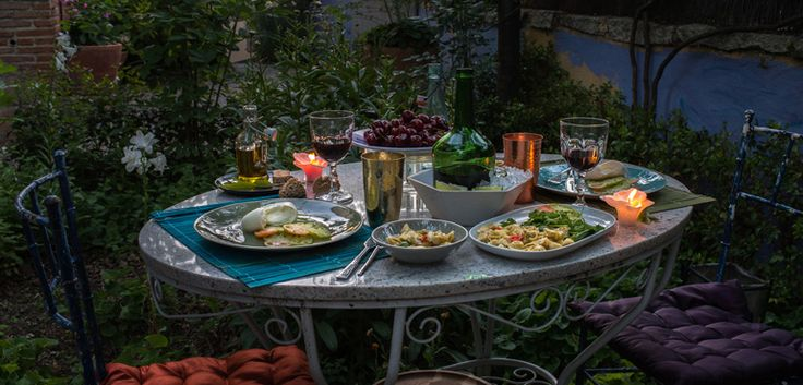 Disfruta de tus cenas en el jardín Table Settings, Quinceanera Photography, Table And Chairs, Dining Rooms, Beautiful Things, Dinners, Summer Time, Home, Place Settings