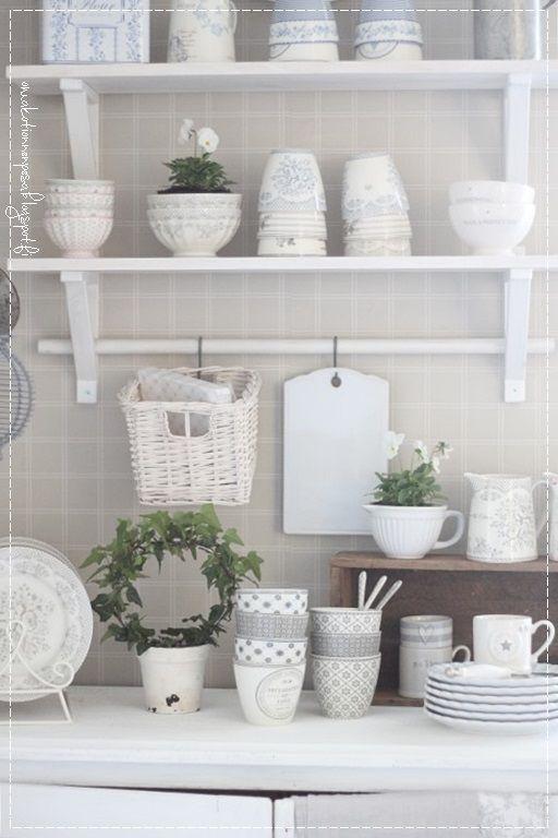 kuchyně, výzdoba, domácí maalairomanttinen, krásné nádobí, macešky, jasný domů,