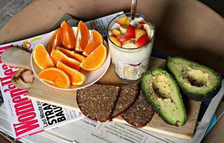 5 вариантов ПП на целый день  Сохрани себе и питайся разнообразно!   Первый Утро: Овсяная каша с отрубями плюс ¼ чайной ложки меда, плюс корица по вкусу, плюс 0,5 банана. Чай или кофе с половинкой апельсина. Перекус: Яблоко (порезать ломтиками и посыпать корицей) и половинка апельсина. Обед: Завернутые в лаваш зелень, сырок, кусочки мяса, овощи. Смазать двумя каплями сметаны с низкой жирностью или творожком Президент 0%. На десерт: яблоко. Перекус: Киви, половинка яблока и половинка…