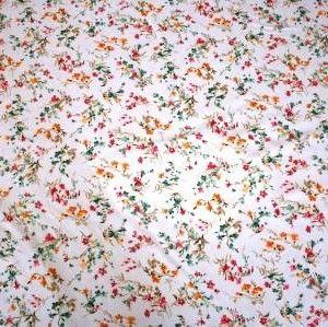 http://www.radicifabbrica.it/prodotto/tessuto-satin-h-cm-280-fiore-24b/   Tessuto Satin stampato a metraggio. Altezza cm 280.  Variante 24B fiore piccolo: fondo grigio chiaro, fiori color rosa acceso, arancione e turchese.  composizione: 70% poliestere, 30% cotone.  ideale per trapunte, quilt e copripiumini.