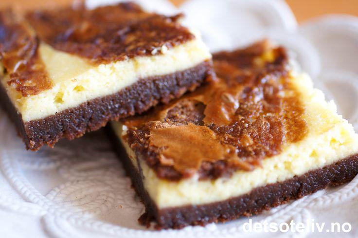 """""""Cream Cheese Brownies""""er rett og slett VIDUNDERLIGE!!! Ikke sparebluss akkurat - for her brukes det store mengder med kokesjokolade, egg, smør, valnøtter (hvis du vil ha) og kremost..... Men resultatet blir som fortjent; Browniesene blir uslåelig rike på smak, mektige og myke i konsistens og - kort sagt - HIMMELSKE!"""
