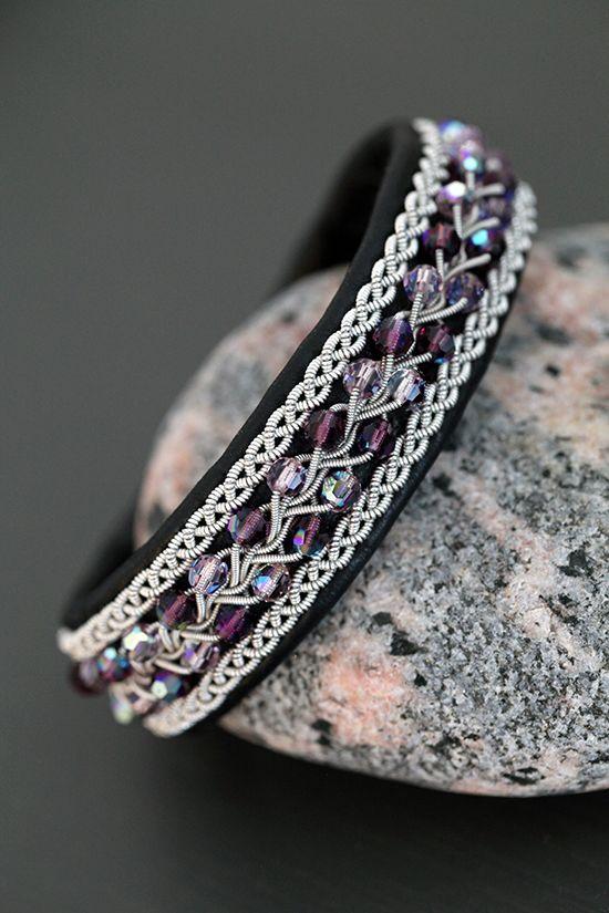 Lindas armband: Svart tennarmband med lila swarovskipärlor i trefläta, bredd 2 cm