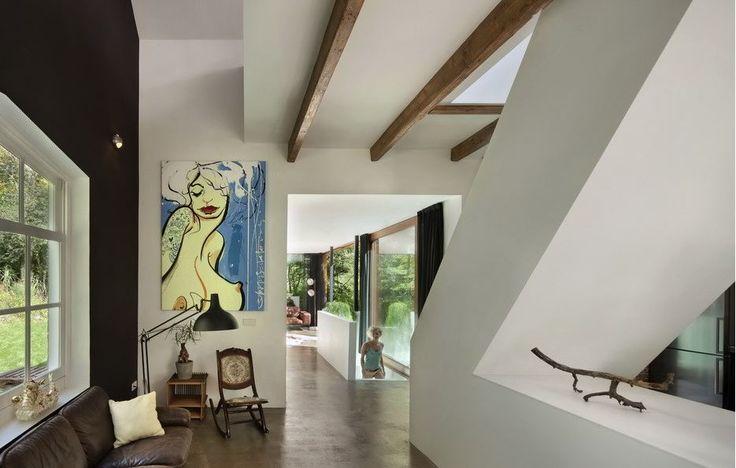 V domě jsou celkem dvě ložnice – jedna pod úrovní hlavního obytného prostoru, druhá v patře. Vede do nich identické hladké bílé schodiště.
