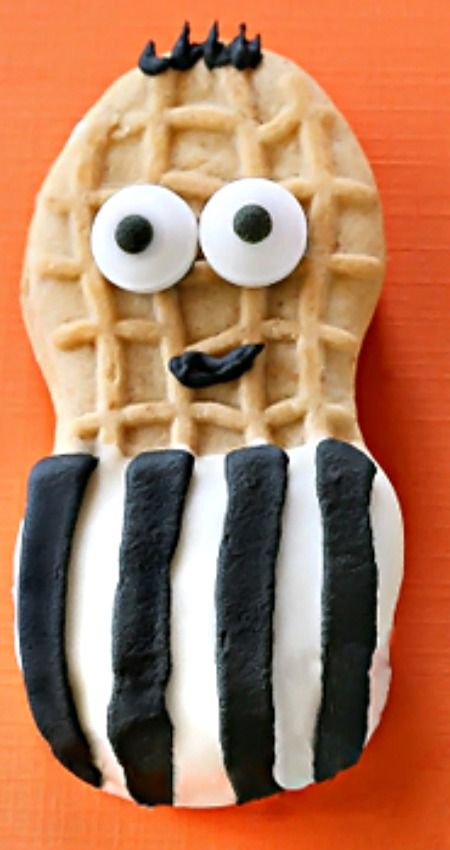 Nutter Butter Referees are cookies dipped in white chocolate and dressed up as referees!