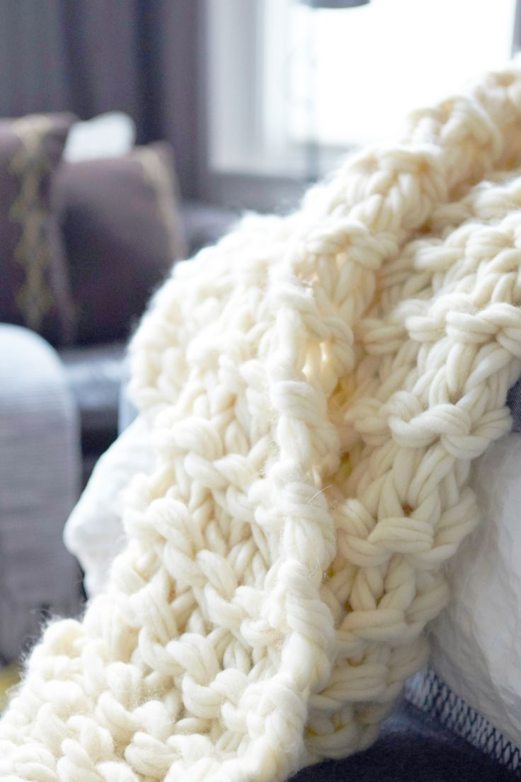 Learn  how to make a beautiful garter stitch arm knit blanket with this easy video tutorial–full of lots of helpful tips and detailed instructions.