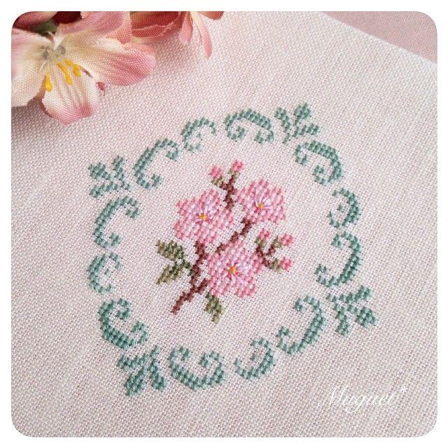. リクエストを頂き、桜の図案も作成。  グリーンとピンクの 可愛らしい色合わせで刺しました♪  #刺繍 #クロスステッチ #桜 #花 #手芸 #手作り #ハンドメイド #embroidery #crossstitch #handwork #handmade #diy #flower #cherryblossom #sakura