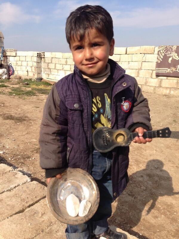 Abodee is met zijn moeder uit Damascus gevlucht, nu in Noordoost-Syrië, hopelijk veilig maar compleet berooid. In Noordoost-Syrië is weinig te eten. Stichting Vluchteling deelt daar voedselpakketten uit aan de meest kwetsbare gezinnen.