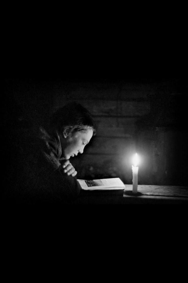 """Werner Bischof. Rovaniemi 1948 Suomi (Magnum).  """"Brilla una luz en la oscuridad para los hombres honrados, para el que es compasivo, clemente y justo"""". - Salmos 112:4, DHH.  https://estebanlopezgonzalez.com/2013/08/19/oskar-schindler/"""