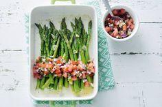 Glutenvrij, lactosevrij én veganistisch: dit knapperige bijgerecht kun je iedereen voorzetten - Recept - Groene asperges met salsa van tomaat, ui en kappertjes - Allerhande