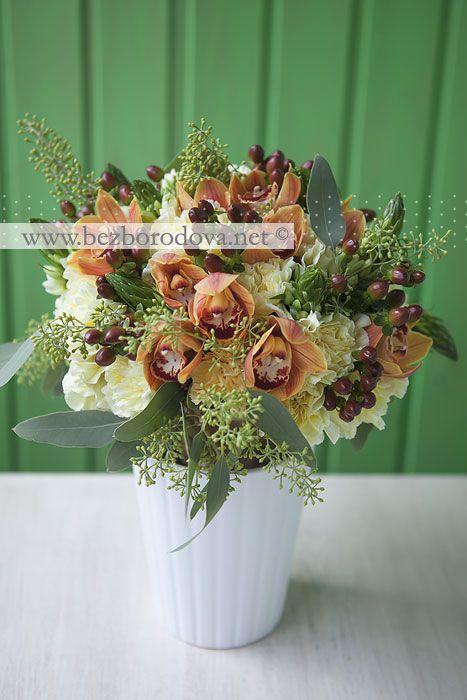 Свадебный букет из орхидей и желтых гвоздик с коричневыми ягодами