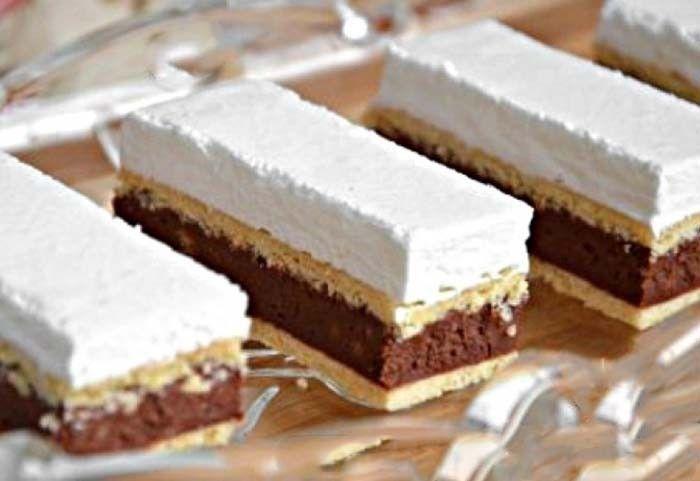 Slavnostní úhledné řezy s bílkovou pěnou. Hnetené těsto, kakaová nádivka a vláčná bílková pěna. Vynikající koláček. Mňam!