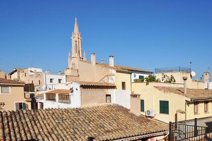 Gamla stan, Palma de Mallorca: Palats i Palmas Gamla stadsdel med takterrasser och källarvalv. Denna ljusa vackra hörnfastighet om 1744 kvm är totalrenoverad och har gått igenom byggnadsinspektionen (ITE) 2012. Med sitt centrala toppläge lämpar den sig väl att konvertera till boutique hotell eller kontor eller lägenheter. Många fina originaldetaljer finns bevarade i sten, smide och trä. Alla stammar bytta och huset har centralvärme med stadsgas.