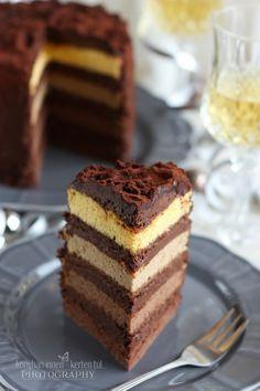 Régóta tetszenek a zok a  torták, melyekben a tésztarétegeknek más-más színük van. Igazán mutatósak. :) N ag...