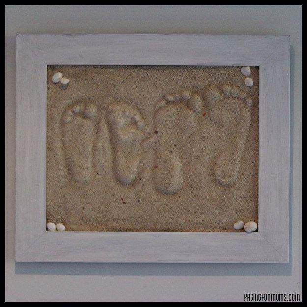 Gerahmte Fußabdrücke im Sand. | 26 Geschenke mit großer Bedeutung, die Du Deinen Kindern machen kannst