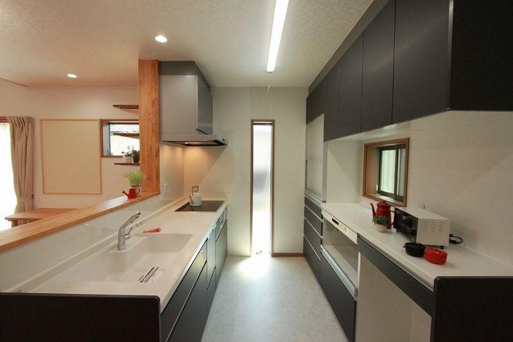 キッチンに明るさを設けるための窓もアクセントになりました。#キッチン#ブラック