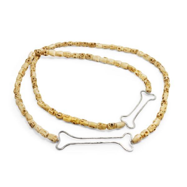 Collana teschi e ossa in argento. Il teschio e le ossa rappresentano l'essenza e l'eternità. Hanno potere spirituale e potere protettivo. Sono simbolo di durata, solidità e forza