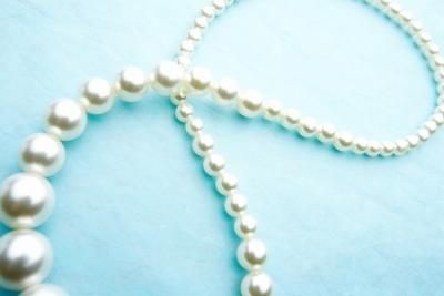 How to Wear a Long Pearl Necklace thumbnail