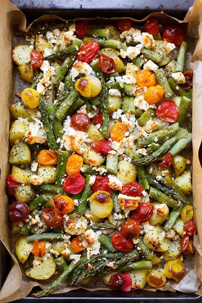 Ofenkartoffeln mit grünem Spargel, Tomaten und Feta (nur ein Blech!)