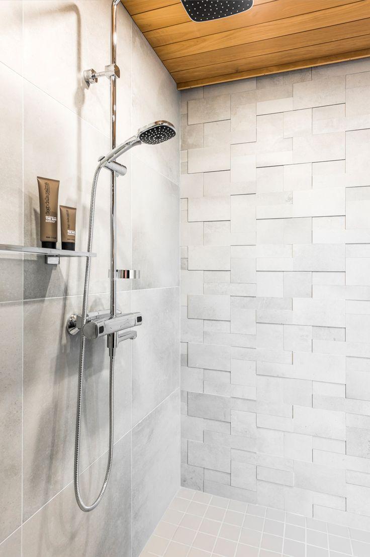 Hartman Koti Salmiakki. Seinässä Res-Cover chalk himmeä K600x600 mm ja tehosteena Reload titanium 3D mosaiikki. Lattiassa Arkitekt Color grey 97x97 mm, matta. #pukkilalaatat #pukkila