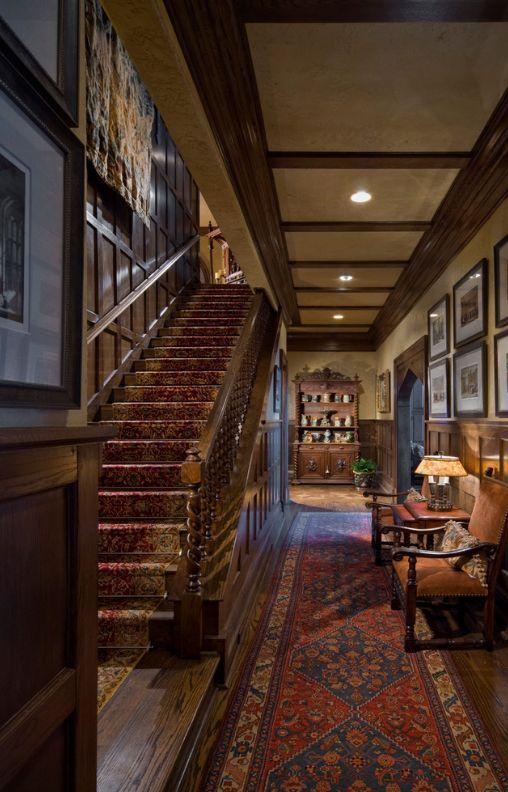 Деревянная обшивка стен, паркет на полу, арка вместо дверей, старинная мебель с резными элементами и ковровые дорожки с характерными узорами, - признаки готического стиля