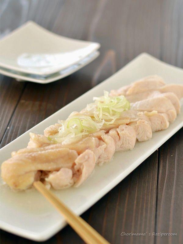 塩鶏 by 西山京子(ちょりママ)さん / 我が家の定番「塩鶏」。鶏むね肉が驚くほどやわらかく、ジューシーに仕上がります。このシンプルさ、やみつきです。煮汁はスープにしたり、出汁としてもお使いいただけます。 / ナディア
