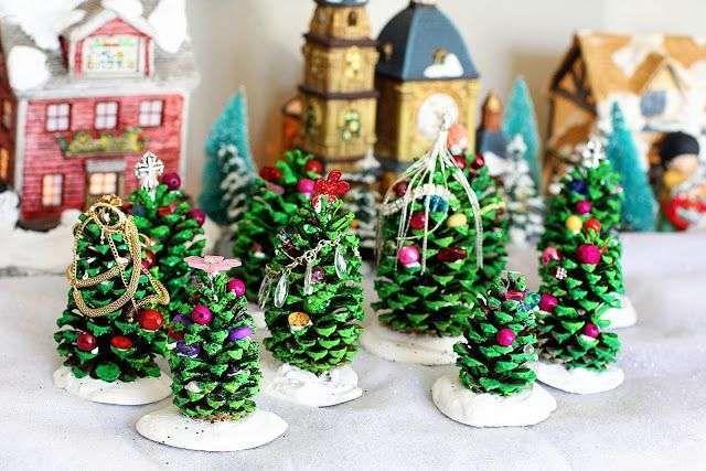 Alberelli di Natale con pigne - Degli alberelli di Natale con le pigne come decorazioni natalizie. Photocredit: elementaryartfun.blogspot.com