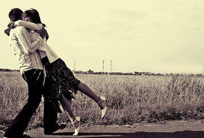 Le persone innamorate fanno l'amore con gli sguardi, con gli abbracci, con il cuore, ma soprattutto con l'anima. (Luna Del Grande)