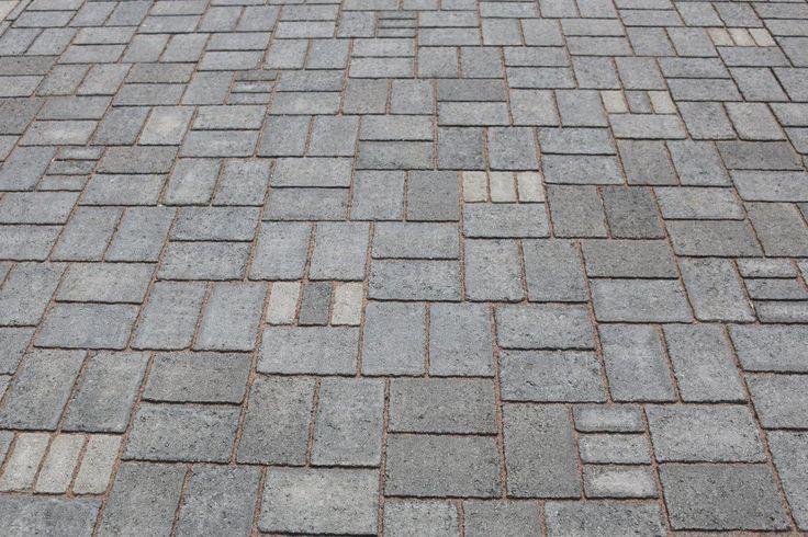 Onnikivi musta ja harmaa. Kiviä voi latoa myös näin: kolme pientä kiveä yhden ison tilalle. Muista ottaa huomioon kivien suhde lavalla. www.rudus.fi/pihakivet