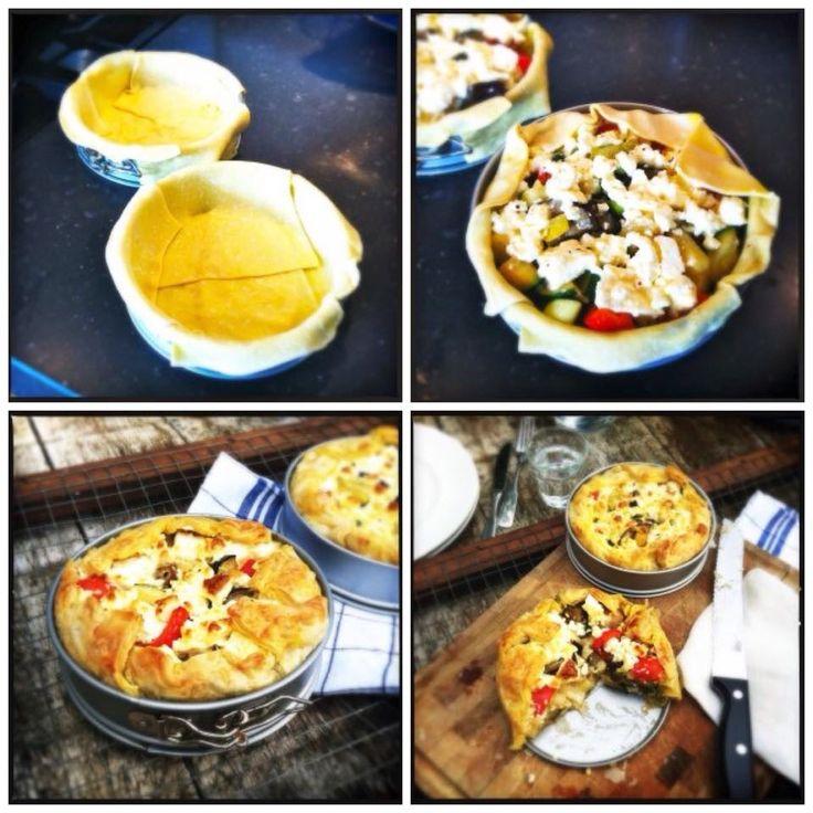 Gezonde groententaart met feta: 1 aubergine, 1courgette,1prei,paprika, 2eieren 100ml room en feta. Groenten wat voortstoven. vorm invetten, bladerdeeg schikken in vorm zodat die ruim over de rand hangt, voorgestoofde groenten er in doen, ei gemengd met de room erover gieten en tenslotte feta erover verkruimelen. Daarna de bladerdeeg erover plooien. 20 minuten in een voorverwarmde oven op 200 graden Celsius