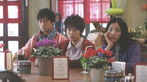 喫茶店で退屈そうにする3人(左から)桐谷健太、佐藤健、吉高由里子/JRA新CM
