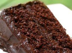 Receita de Bolo de chocolate bem Molhadinho - bolo assa faça a cobertura com 2 colheres de chocolate em pó, 1 colher de margarina, meio copo de leite e leve ao fogo até começar a ferver Jogue...