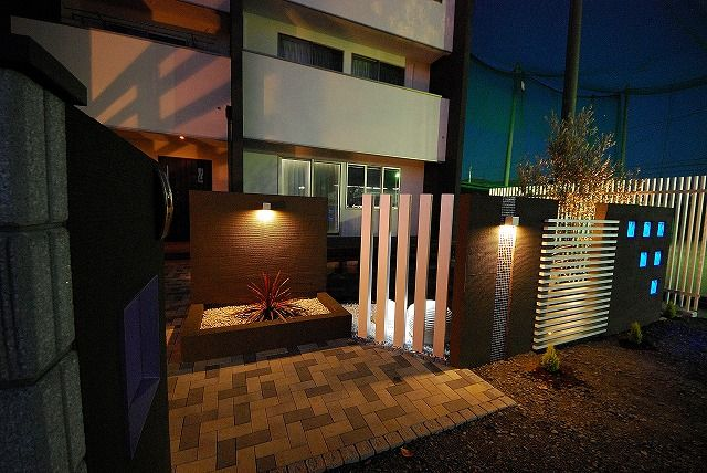 統一されたデザインの中に動きをプラス。光で彩るセミクローズドガーデン。 #lightingmeister #pinterest #gardenlighting #outdoorlighting #exterior #garden #light #house #home #glassblock #block #entrance #セミクローズドガーデン #セミクローズド外構 #ガラスブロック #ブロック #エクステリア #エントランス #照明 #玄関 #家 #庭 Instagram https://instagram.com/lightingmeister/ Facebook https://www.facebook.com/LightingMeister