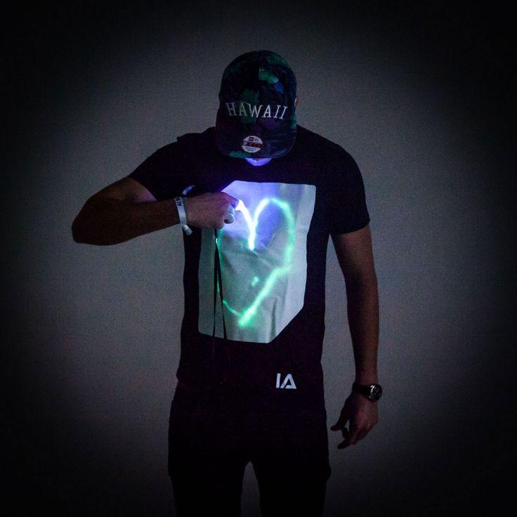 Das interaktive Glow T-Shirt kannst du mit UV-Stift & Smartphone-Leuchte beschreiben. Die Botschaft ist fünf Minuten sichtbar, ehe sie von selbst verblasst.