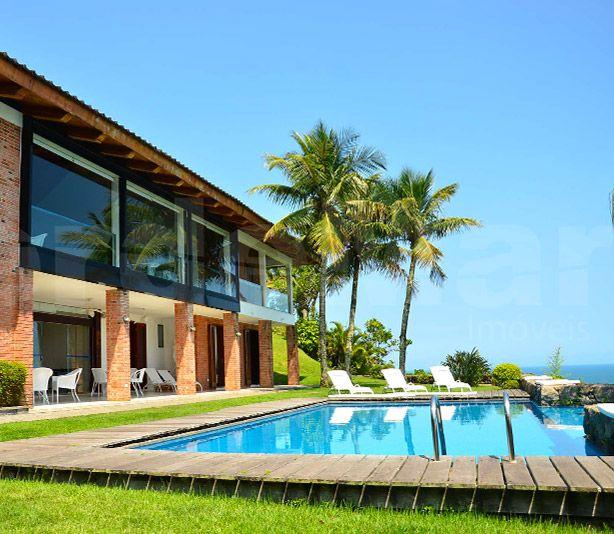 Casa com vista total para o mar aberto no Condomínio Península na praia da Enseada em Guarujá, com 6 dormitórios sendo 4 suítes, amplo living, sala para 3 ambientes, lareira, copa/cozinha, 9 banheiros, área de serviço, despensa, dependência de empregada, casa de caseiro, quarto de motorista e ar condicionado central.  5.000 m² de terreno | Vaga para 12 carros.   Lazer com piscina com deck,  jardim, quadra de squash, forno de pizza, churrasqueira em espaço gourmet com quiosque tropical.