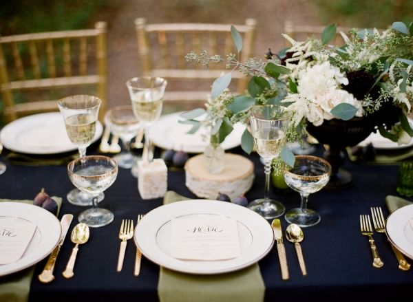 Love the classiness of this navy/gold pairing.  Maybe simple navy linens would be better?
