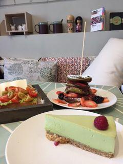 Breakfast at Macha Cafè! Cheesecake, Avocado Toast e Pancake al cioccolato e frutti di bosco.