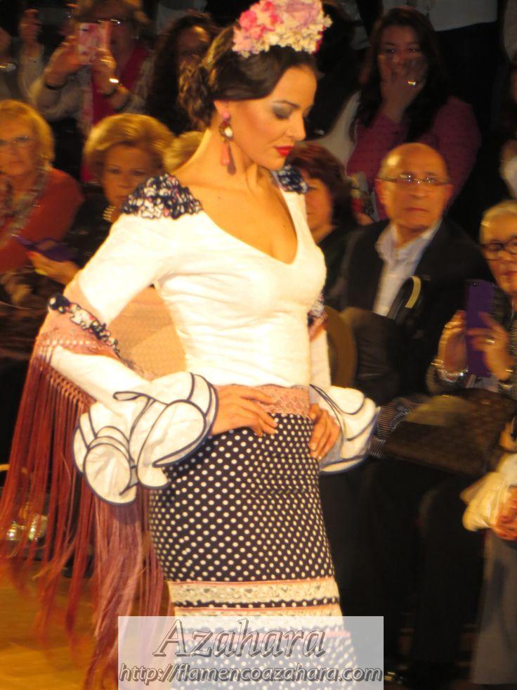 #Vestido de #flamenca de mangas largas con lunares blancos de #Manuela #Macías en #weloveflamenco 2015.