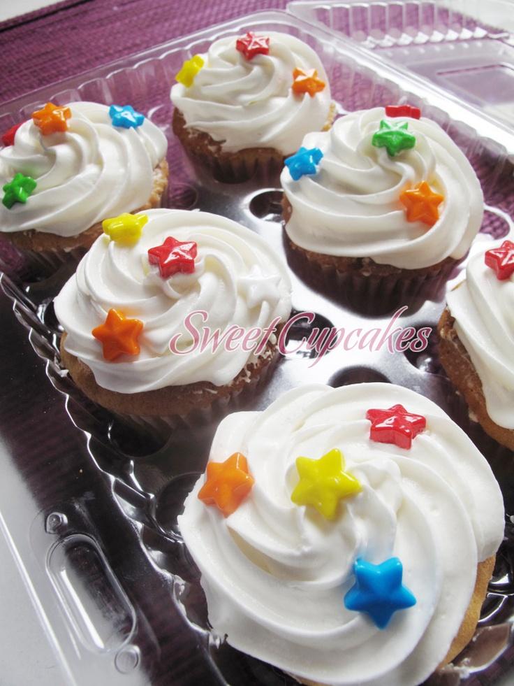 Cupcakes de vainilla con crema chantilly y estrellitas de colores.    Copyright® Sweet Cupcakes