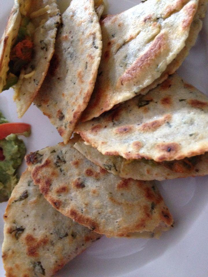 Quesadillas de nada de maíz nistamalizada con trocitos de hojas de chaya maya, rellenas de flor de calabaza orgánica del huerto, acompañado de un rico guacamole.