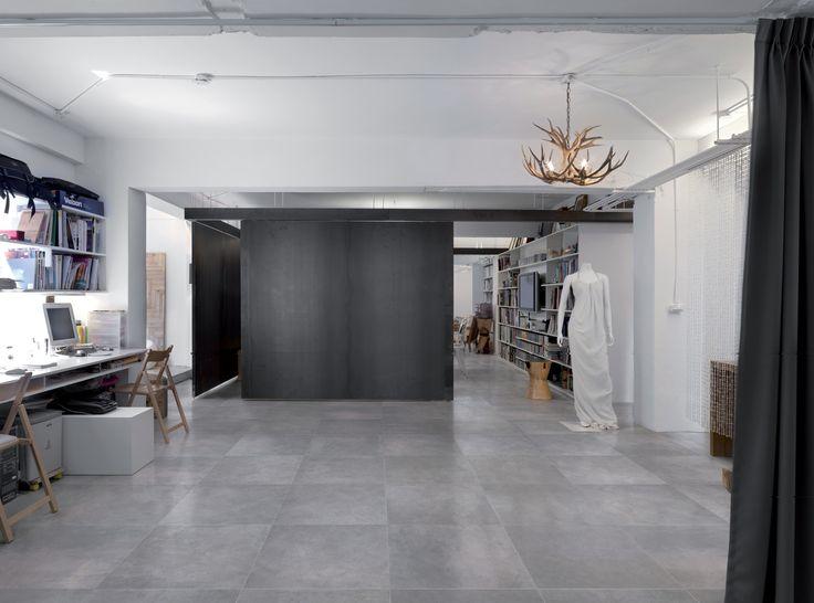 """Keramische betonlook tegels 60x60, """"bekrast"""" met plezierige onregelmatige tekens voor een minimalistische design uitstraling. Ook verkrijgbaar in 75x75 (37) Tegelhuys"""