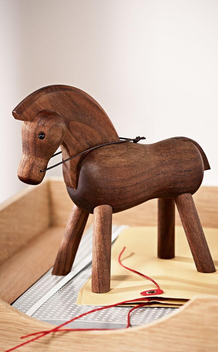 Hestens bløde udformning med de stive ben giver det typiske udtryk, som Kay Bojesens trædyr familie er kendt for: muntre linjer uden tanke på at gengive virkelighedens dyr, men derimod fantasifulde varianter, der hurtigt bliver en del af familien og falder til i hvert hjem. Den perfekte gaveidé til alle lejligheder. #hest #horse #inspirationdk #KayBojesen #trædyr #nyhed