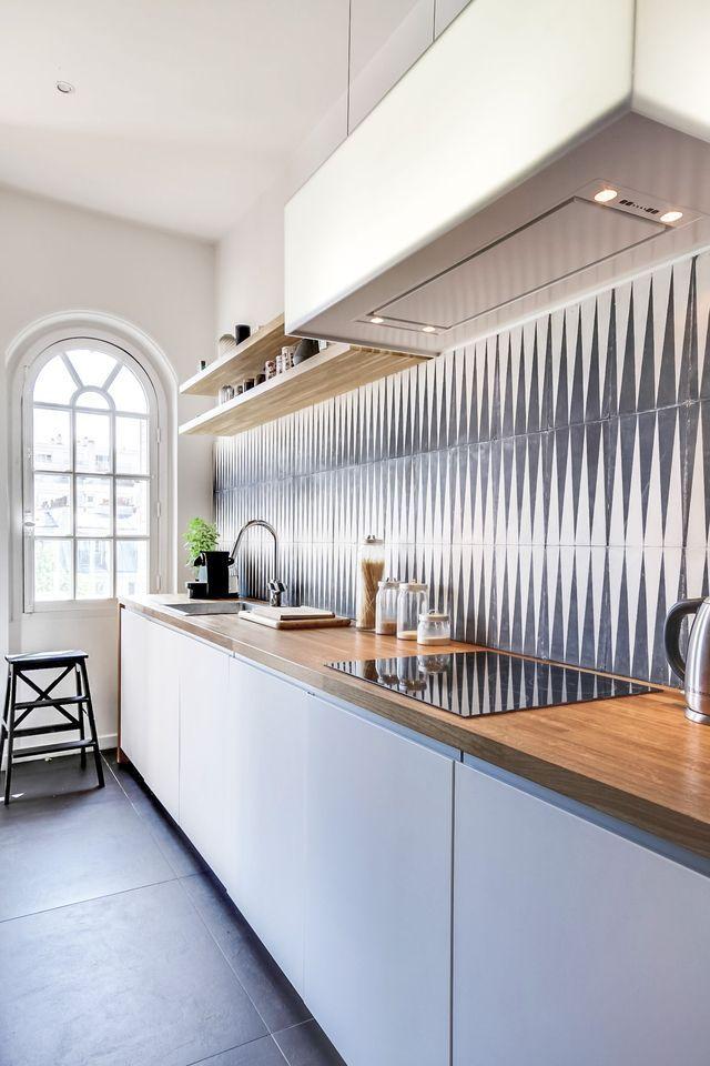 La cuisine d'un appart familial à Paris. Plus de photos sur Côté Maison : http://bit.ly/1KI6dt1