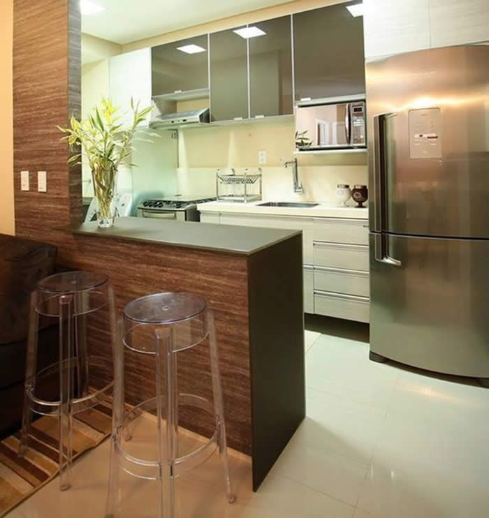 Cozinha americana pequena com armários de portas espelhadas