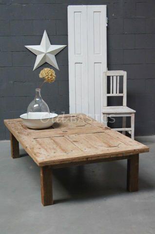 Salontafel 20044 - Stoere oude houten salontafel met een naturel hout kleur. Het blad van de tafel is een oude deur geweest.