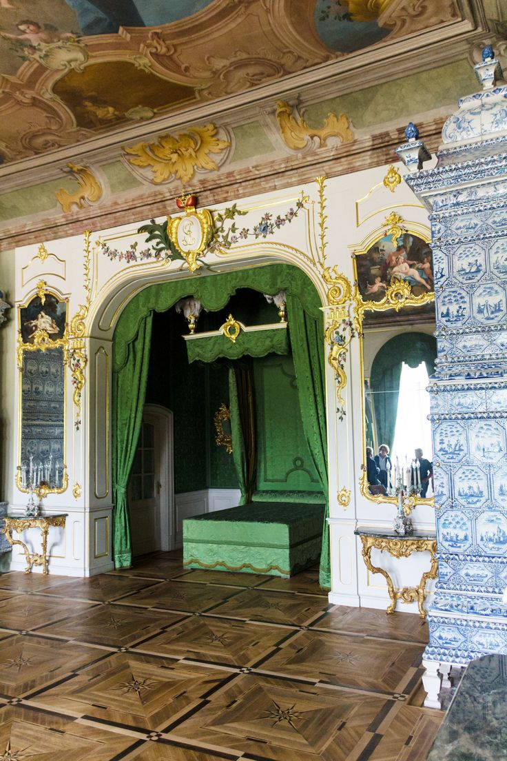 Schlafzimmer im Schloss Rundāle   Schloss Rundāle (auch: Schloss Ruhenthal, lettisch Rundāles pils) ist ein seit 1920 im Staatsbesitz befindliches Barockschloss in der lettischen Region Semgallen, nahe der Stadt Bauska. Es wird oft als das Versailles des Baltikums bezeichnet. Das Schloss Rundāle gehört zu den bedeutendsten Baudenkmälern des Barocks und des Rokoko in Lettland. Es wurde nach dem Vorbild des französischen Schlosses Versailles gestaltet. Das dreiflüglige u