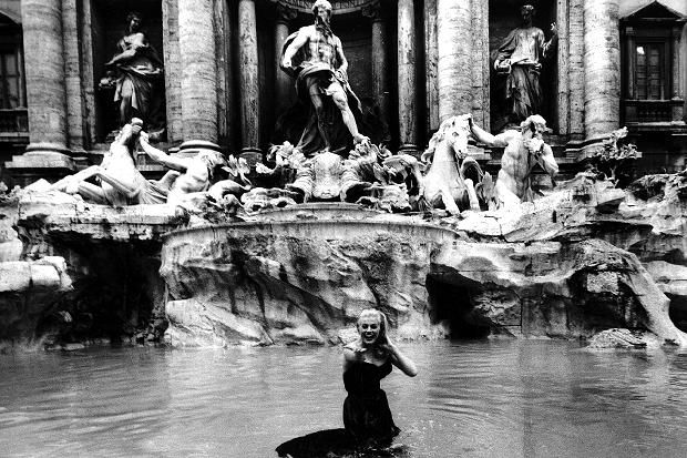 la dolce vita federico fellini 1960 anita ekberg nella fontana di trevi fontes pinterest. Black Bedroom Furniture Sets. Home Design Ideas