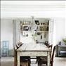 I matrummet står ett åldrat franskt bord tillsammans med gamla franska stolar. Kristallkronan är dan...